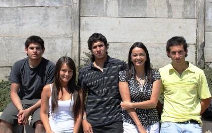 Alumnos de Ingeniería junto a la vicedecana, Nora Au