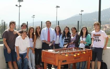 Futuros Ingenieros junto al decano, Lionel Sotomayor