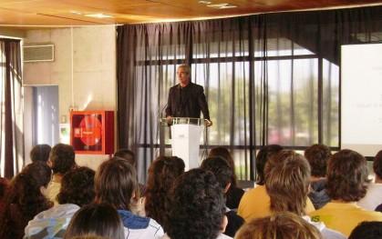 Vicedecano de la FEN, Pedro Arriagada junto a alumnos de Ingeniería Comercial