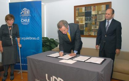 Cecily Halpern, Federico Valdés y Rodrigo Albornoz en la firma del contrato