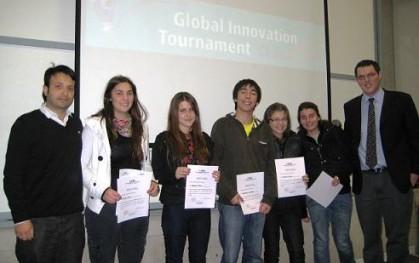 Profesor Felipe Castro junto al grupo ganador de la categoría Espíritu Emprendedor