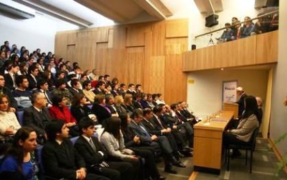Alumnos asisten a la clase inaugural de Derecho