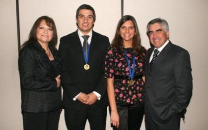 Loreto Ortiz, Daniel Cortes, Carla López junto a Luis Vicentela