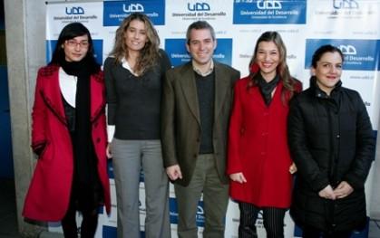 Panelistas junto a Javier Peralta