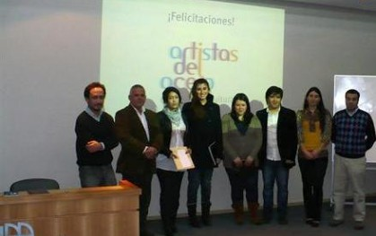 Alejandra Amenabar junto a las alumnas premiadas