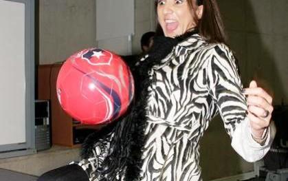 Renata Bravo dominando la pelota