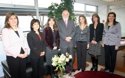 El rector Ernesto Silva junto a las invitadas