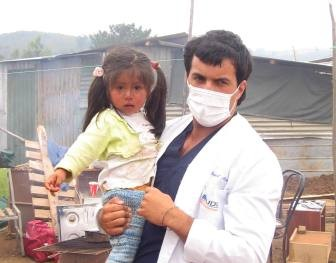 Alumno de Kinesiología junto a niña damnificada