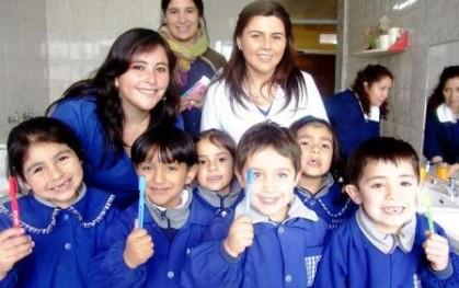 Alumnas de Odontología junto a los niños