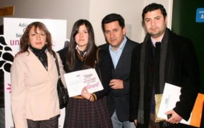 Mara Ines Lopez junto a sus padres y el Orientador de su Colegio