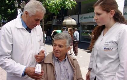 Director de carrera junto a alumna y paciente