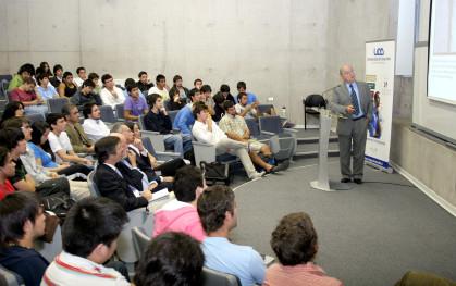 Fernando Monckeberg junto a los alumnos