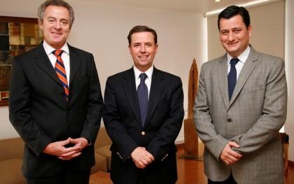 Rector, Federico Valdés L.; ministro de Vivienda y Urbanismo, Rodrigo Pérez Mackenna; y Pablo Allard, decano F. de Arquitectura y Arte