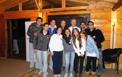 Alumnos con el rector Federico Valdés