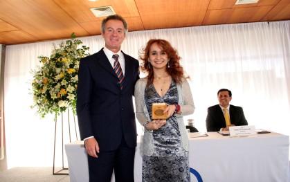 Federico Valdés junto con Bretchen Hoskins distinguida como mejor alumna
