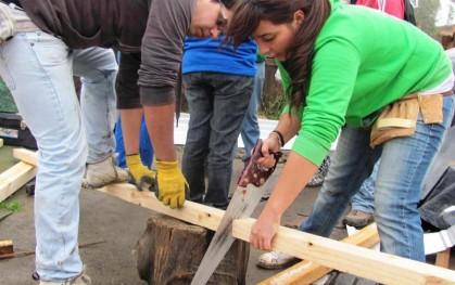 Alumnos apoyando la reparación de viviendas