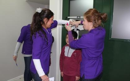 Alumnos de Nutrición evalúan a niños