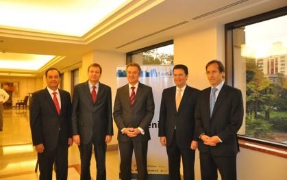 Federico Valdés junto a empresas participantes en el Foro