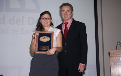 Nicole Almeida, Premio UDD, junto al rector Federico Valdés