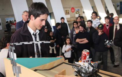 Alumno participante junto al robot Mindstorm de Lego NTX 2.0