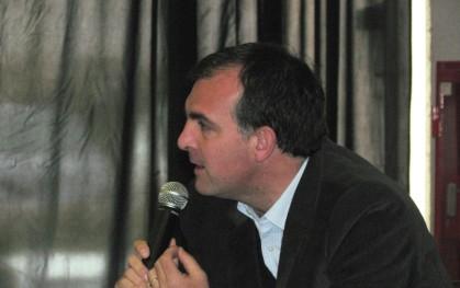 Ernesto Silva hablándole a los estudiantes de Bachillerato