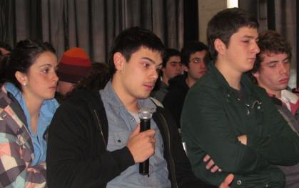 Alumno de Bachillerato presentando sus dudas