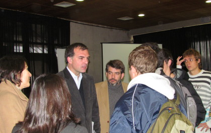 El invitado interactuando con los jóvenes