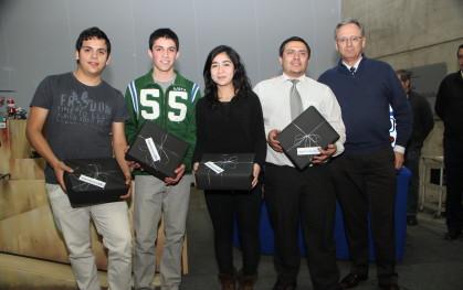 Los ganadores junto al decano de la Facultad de Ingeniería UDD, José Manuel Robles