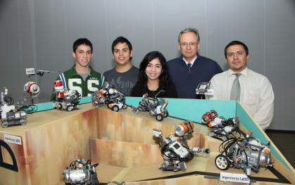 Ganadores del Desafío Minero 2012 junto a sus robots