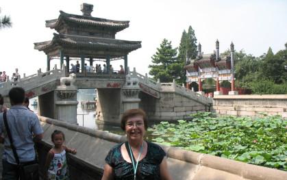 Profesora Ana María Maza en el palacio de Verano de Beijing