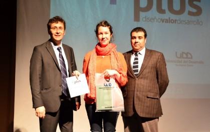 Diseñadores recibiendo su premio