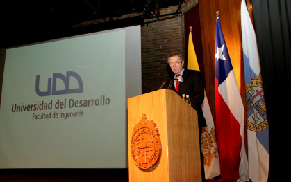 Rector Federico Valdés en la inauguración