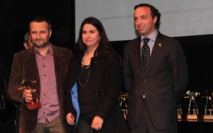 Marcela Ferrari recibiendo su premio