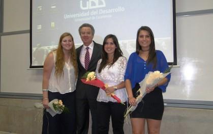 Alumnas de la FEUDD junto al rector.