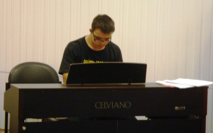 Cristóbal interpretando en piano