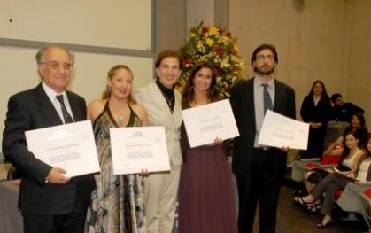 Olga Pizarro junto a cuatro graduados