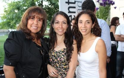 Claudia Pérez junto a egresadas.