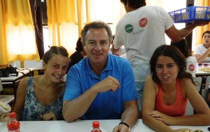 Federico Valdés junto a dos alumnas
