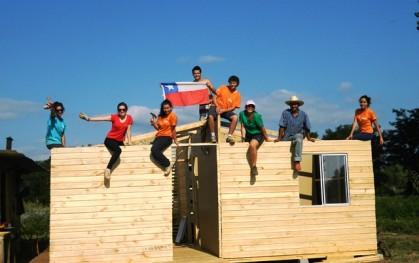 Alumnos en la construcción de una casa