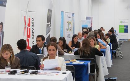 Alumnos se entrevistan con las empresas de su interés.