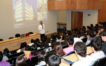 Decano Luis Vicentela con alumnos nuevos