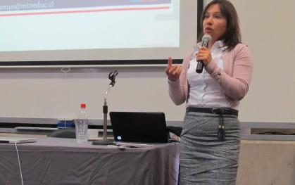 Tatiana Gurovich durante su exposición en sede Santiago