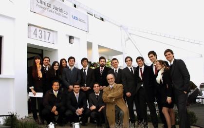 Alumnos y profesor de la Facultad de Derecho Santiago