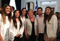 Ex alumnos UDD junto a la Presidenta de la República Michelle Bachelet