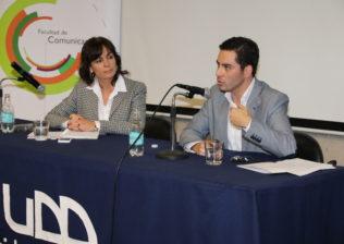 La decana de la Facultad de Comunicaciones, Carolina Mardones, junto a Guido Larson