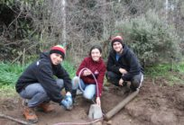 Cristián Calderón (Ingeniería Comercial), Fernanda Cox (Odontología) y Gonzalo Sánchez (Kinesiología) en Trabajos Voluntarios de la UDD en Chépica.