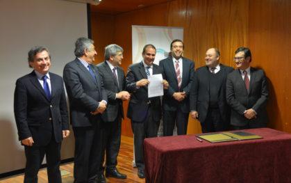 Intendente Rodrigo Díaz junto a represnetantes de las seis universidades