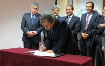Vicerrector de Investigación y Posgrado, Sergio Hernández, firma a nombre de la UDD